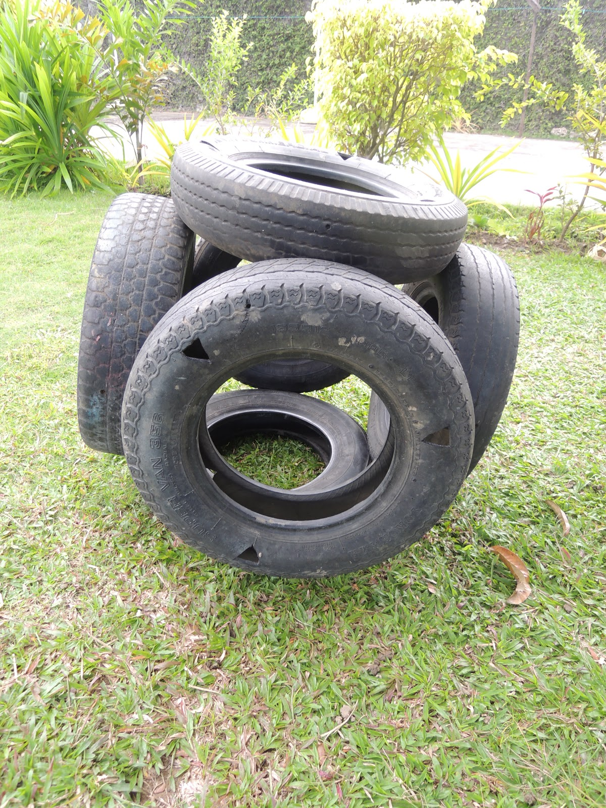 Recycling rubber 3 the tire play garden daily dose of art for Tire play structure